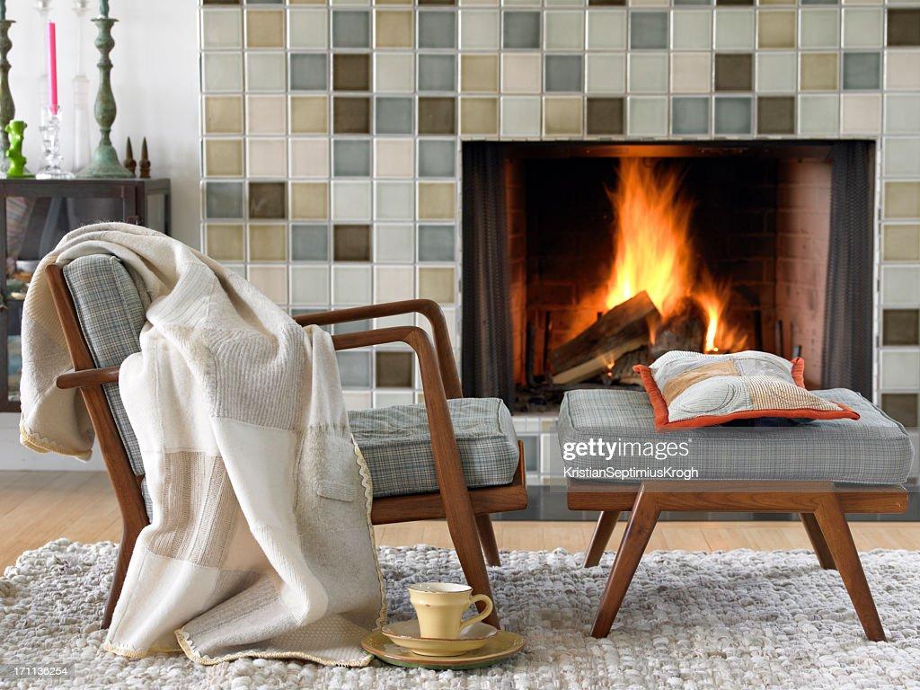 Acogedor junto al fuego : Foto de stock