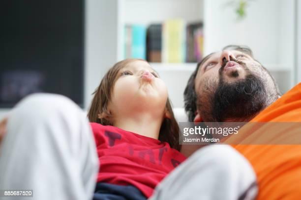 cozy moments at home - besonderes lebensereignis stock-fotos und bilder