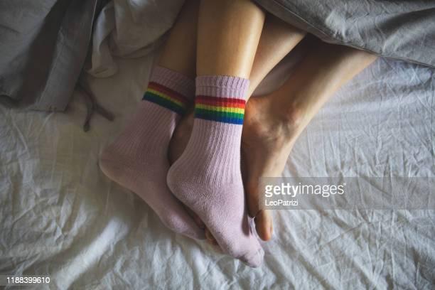 matins confortables - deux femmes dans le lit - couple au lit photos et images de collection