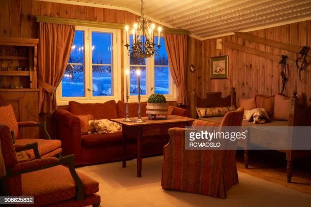 gezellig berg cabine interieur met kaarslicht, oppland county noorwegen - binnenin stockfoto's en -beelden