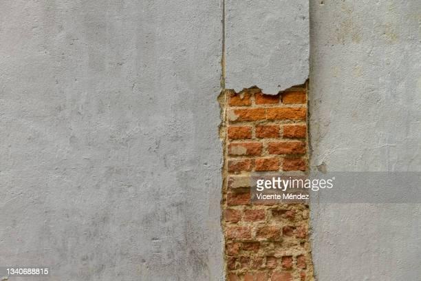 crack and chip on the wall - vicente méndez fotografías e imágenes de stock