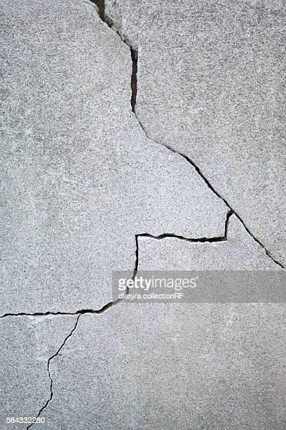 crack in a concrete wall - crack imagens e fotografias de stock