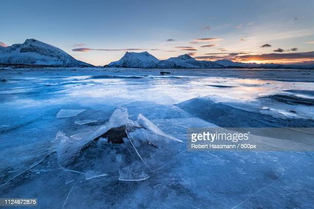 crack in the ice - crack imagens e fotografias de stock