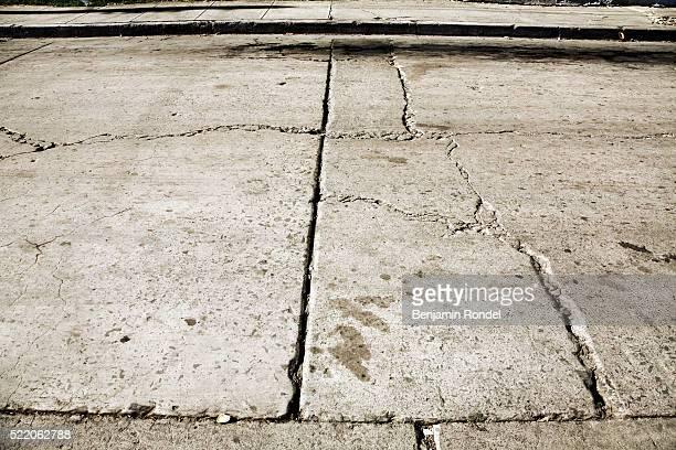 cracked street - trottoir photos et images de collection