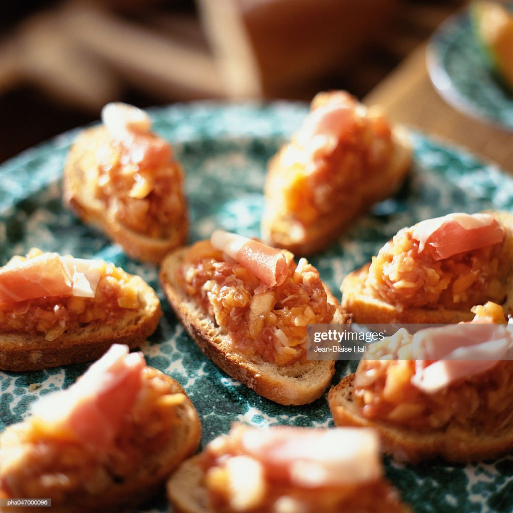 Crackers topped with canteloupe and ham, close-up : Stockfoto