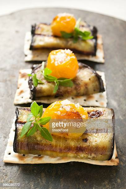 Crackers with grilled aubergines and cherry tomatoes