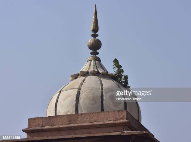 Cracks seen during an official visit for inspection of damage of the Monument at Jama Masjid on December 16 2017 in New Delhi India The 17th century...