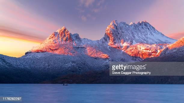 cradle mountain sunrise - タスマニア州 ストックフォトと画像