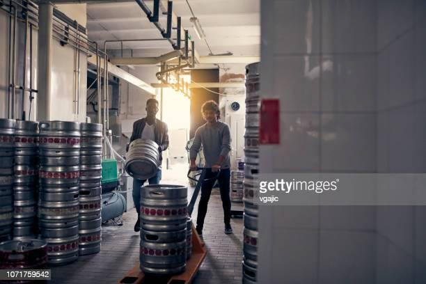 クラフト ビール醸造所配布 - ラガービール ストックフォトと画像