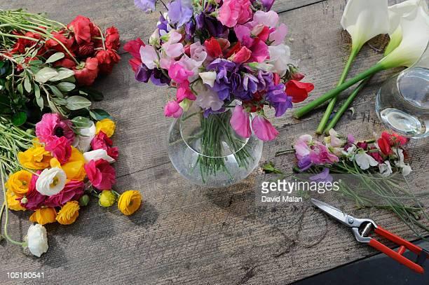 craft persons workspace (florist) - david ramos fotografías e imágenes de stock