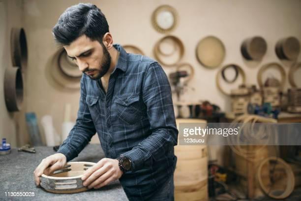 artisan sculptant un darbouka - syrie photos et images de collection