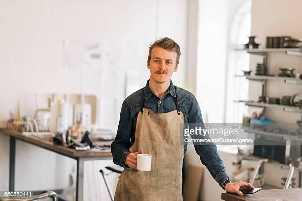 craftsman in studio portrait - artisan photos et images de collection