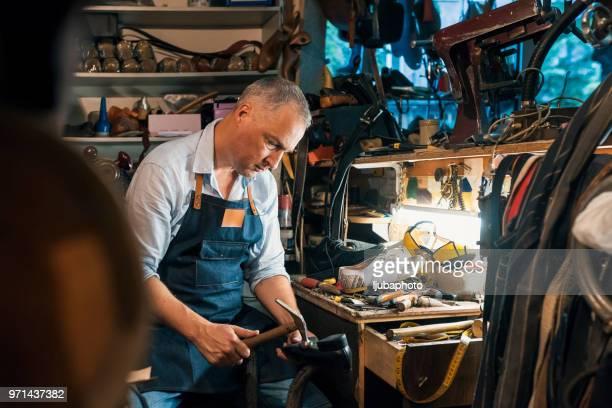 Artesano que hace zapatos de hombre hechos a mano de lujo