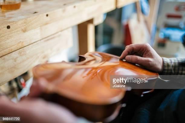 アンティーク バイオリンで傷の修復職人