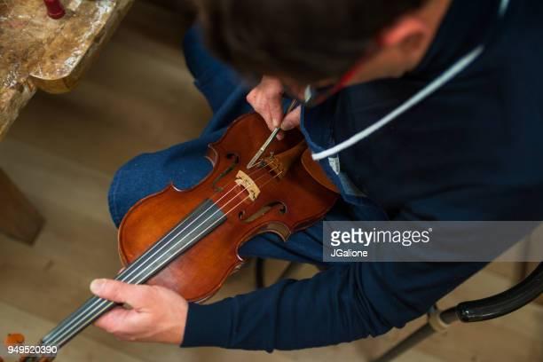 骨董品バイオリンの修理職人