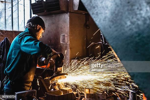 Artesano reparador de trabajo con Esmeriladora