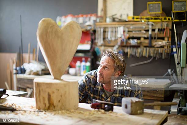 craftsman working in his workshop - sculptuur stockfoto's en -beelden