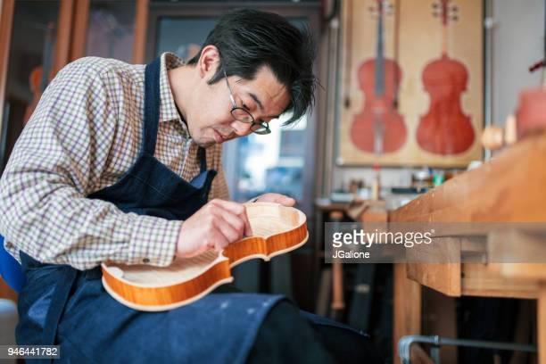 取り組んでいるバイオリン職人