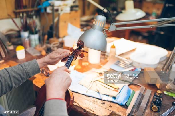 取り組んでいる骨董品バイオリン職人