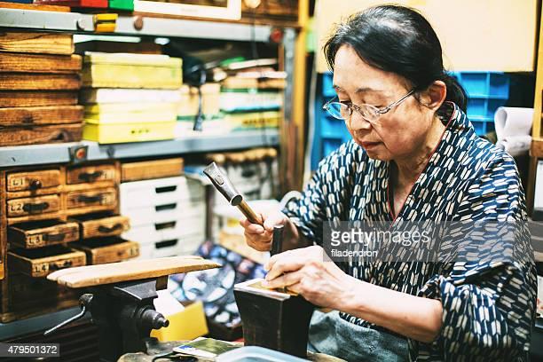 craftswoman 動作にメタルの飾り - 工芸品 ストックフォトと画像