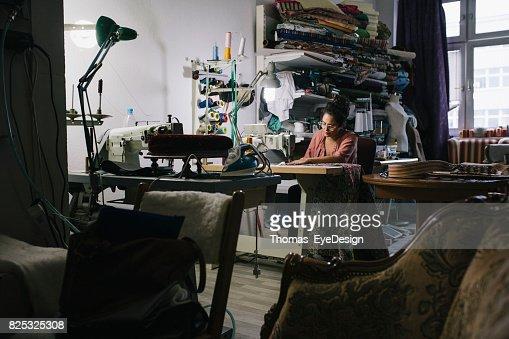 Handwerkerin, die Arbeit an der Nähmaschine In Werkstatt