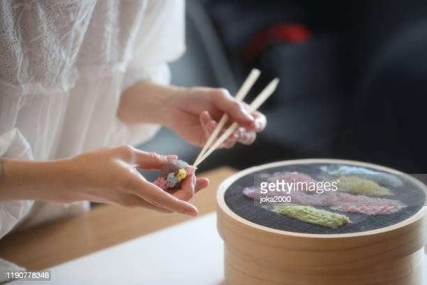 日本の伝統的な菓子和菓子和菓子を飾るクラフトウーマン 保存 - 和菓子 ストックフォトと画像
