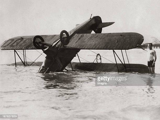 Crahed american aeroplane in the bay of Santa Monica February 22th 1929 Photograph Kopfüber in der Bucht von Santa Monica abgestürztes amerikanisches...