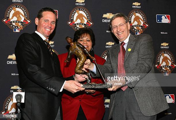 Craig Biggio Vera Clemente and Major League Baseball Commissioner Allan H Bud Selig pose together with the Roberto Clemente Award during a press...