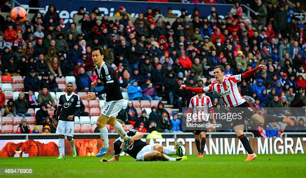 Craig Gardner of Sunderland scores the opening goal during the FA Cup fifth round match between Sunderland and Southampton at Stadium of Light on...