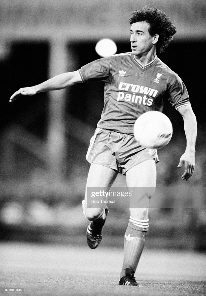 Craig Johnston of Liverpool in action against Leicester City during a Division One football match held at Filbert Street, Leicester on 3rd September 1986. Leicester City beat Liverpool 2-1. (Bob Thomas/Getty Images).