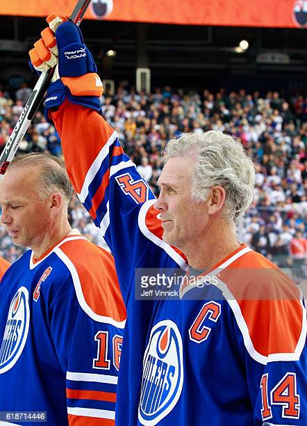 Craig MacTavish of the Edmonton Oilers alumni waves to the crowd during team introductions for the 2016 Tim Hortons NHL Heritage Classic Alumni Game...