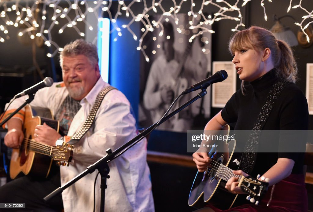 Craig Wiseman and Special Guest Taylor Swift at Bluebird Cafe : News Photo