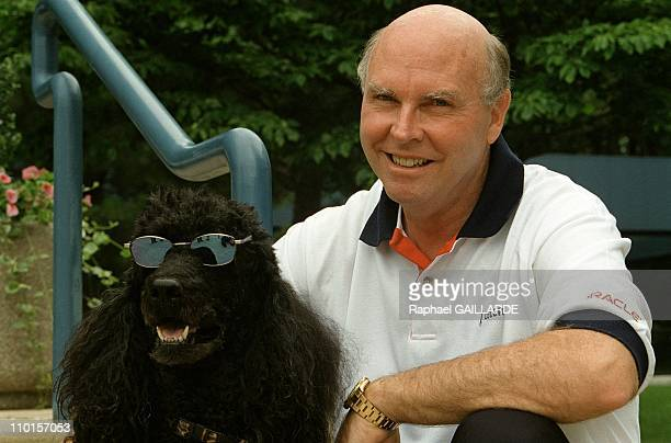 Craigh Venter decipher the human genome in Rockville United States in June 2000 American researcher JCraig Venter his dog Shadow a standard poodle