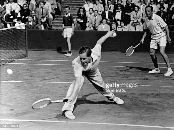 Cramm Gottfried von *Unternehmer Sportler Tennis 'Tennisbaron' D mit Rolf Göpfert im DavisCup gegen Daenemark