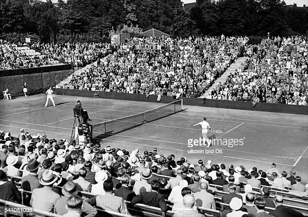 Cramm Gottfried von *Unternehmer Sportler Tennis 'Tennisbaron' D im Spiel gegen Rogers im DavisCup auf dem Platz von RotWeiss Berlin 1932...