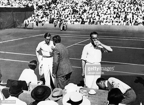 Cramm Gottfried von *Unternehmer Sportler Tennis 'Tennisbaron' D mit Crawford in einer Spielpause im DavisCup gegen Australien 1935Foto Balassa