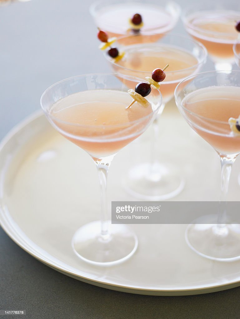 Cranberry ginger martinis on a tray. : Bildbanksbilder