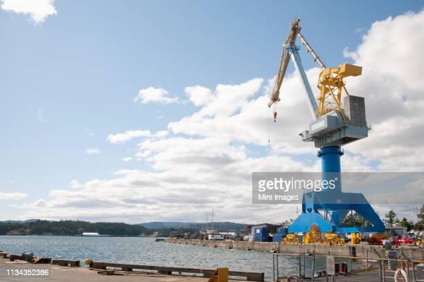 crane at shipyard - 吊り上げる ストックフォトと画像