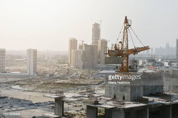 crane on the top of construction in dubai - gulf countries photos et images de collection