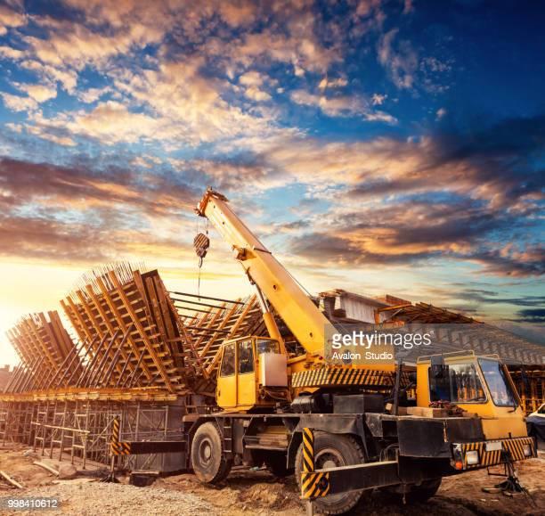 kraan op de bouwplaats van het viaduct - elevator bridge stockfoto's en -beelden