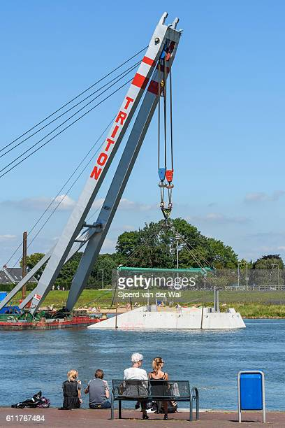 "crane ship lifting concrete protection caisson towards kampen ci - ""sjoerd van der wal"" imagens e fotografias de stock"