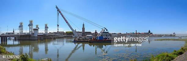 "crane ship lifting concrete protection caisson towards kampen ci - ""sjoerd van der wal"" stock pictures, royalty-free photos & images"