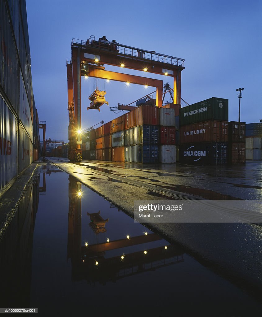 Crane used to lift containers and cargo at the freight terminal : Foto stock