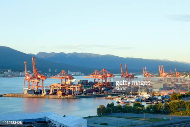 cranes and shipping containers at the port of vancouver - montanhas north shore imagens e fotografias de stock