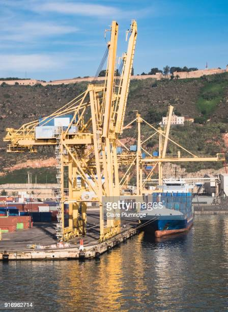 cranes loading and unloading containers from cargo ships, in barcelona, spain - claire plumridge stock pictures, royalty-free photos & images