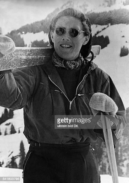 Cranz Christl *Sportlerin Ski Alpin D mit Sonnenbrille und geschultertenSkiern beim Skilaufen 1947