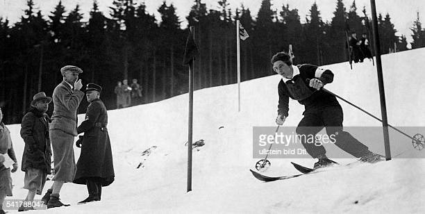 Cranz Christl *Sportlerin Ski Alpin D in Aktion beim Slalom am Nordhang desWinterberges bei Schierke ganz linksReichssportführer Hans v Tschammer...