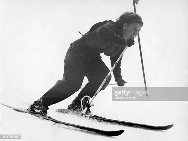 Cranz Christl *Sportlerin Ski Alpin DWintersportwoche inGarmischPartenkirchen in Aktion im Slalom Januar 1941