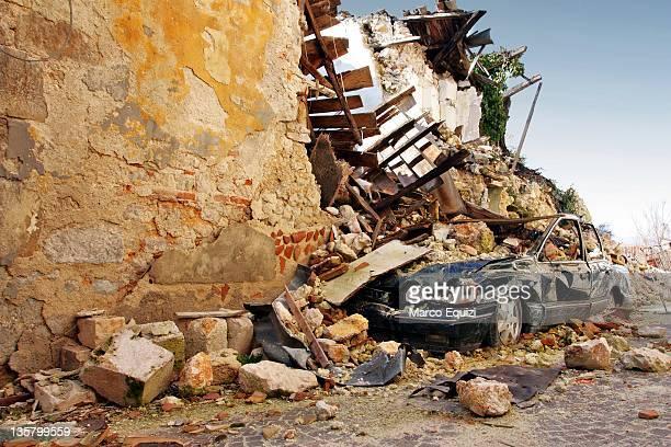 crashed car after earthquake of apr 6, 2009. - l'aquila foto e immagini stock