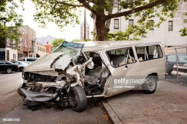 crashed car on footpath in city - accident de la route photos et images de collection